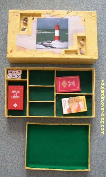 Boîte de jeu en cartonnage presque terminée, les différents éléments