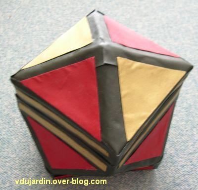 Une boîte multicolore en cartonnage, fermée