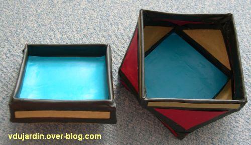 Une boîte multicolore en cartonnage, ouverte