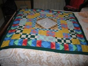 vue de la couverture en patchwork étalée sur le lit