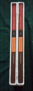 vue du dos des livres dans leur emboîtage