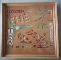 Le plateau avec la broderie tea time