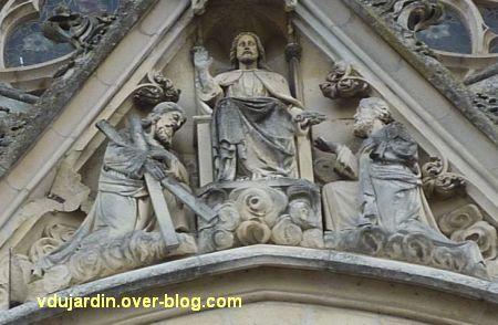 Niort, église Saint-André, 3, le Christ encadré de saint André et saint Pierre sur le portail