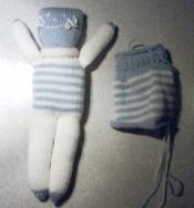 Poupée en tricot blanche etbleue terminée et bleue et blanche en cours