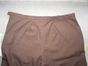 Détail du pantalon, les pinces et la ceinture dans le dos