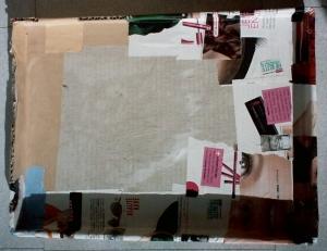 Dessus du tiroir en cours de collage avec des magazines