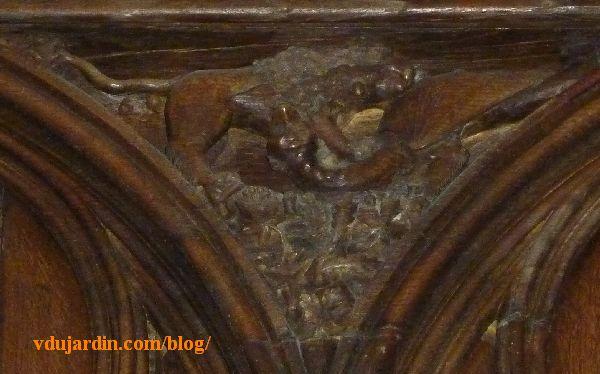 Stalles de la cathédrale de Poitiers, un lion terrasse un dragon