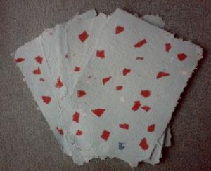 Papier bicolore bleu à inclusions de fragments rouges