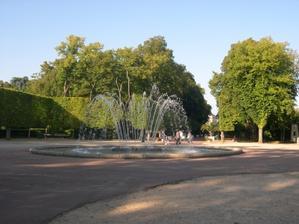 Poitiers, parc de Blossac, le jardin à la française et le jet d'eau