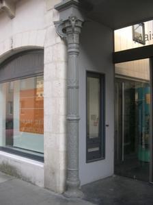 Pilier en fonte en façade de la maison de l'architecture à Poitiers