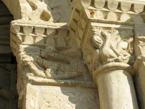 Abbaye de Saint-Amant-de-Boixe, façade, protail, piédroit droit, chapiteaux sculptés des colonnettes internes