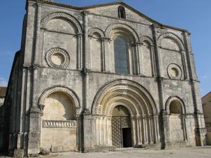 Façade de l'glise abbatiale de Saint-Amant-de-Boixe