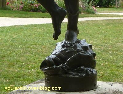 Poitiers, parc de Blossac, faune au coquillage, 3, le coquillage et les pieds
