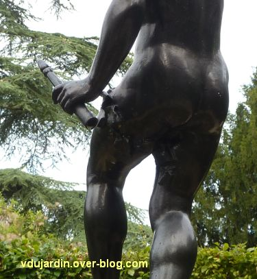 Poitiers, parc de Blossac, faune à la corne, 4, les fesses
