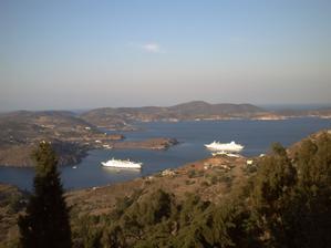 La baie de Patmos et les bateaux, vus à mi pente de la colline du monastère