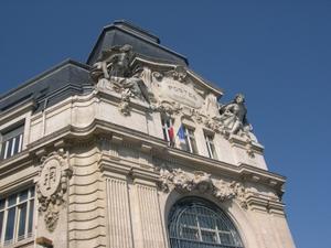 La grande poste de Poitiers, le fronton sculpté
