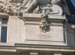 La grande poste de Poitiers, signatures du sculpteur et de l'architecte