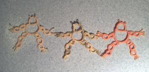 Les trois grenouilles en frivolité