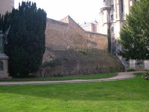 Le rempart romain de Poitiers dans le square Jeanne-d'Arc