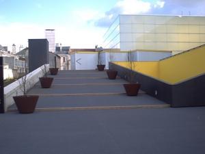 l'installation 93 000 litres de cheval contemporain sur le parvis du TAP, Poitiers, côté gare