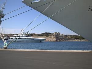 Rhodes, octobre 2008, le port, la ville médiévale en arrière-plan