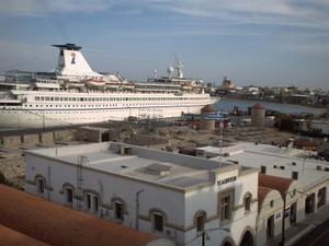 Rhodes, octobre 2008, le port, des remparts coïncés sur a jetée