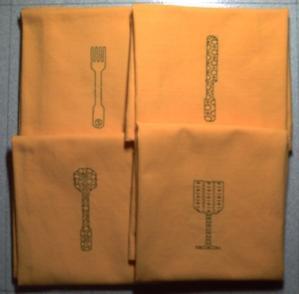 Quatre serviettes décorées en blackwork