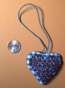 Petite pendouille avec coeur en broderie suisse