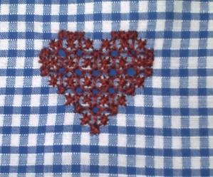 Petit coeur en broderie suisse
