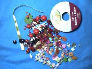 Plein de petites choses, rubans, perles, boutons, détail