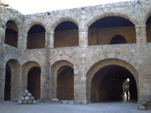 Rhodes, musée archéologique, galeries du rez-de-chaussée et du premier étage, au centre de l'étage, la porte de la salle des malades dans l'axe de la chapelle