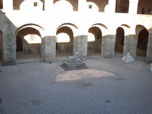 Rhodes, musée archéologique, la cour du musée