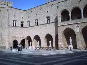 Rhodes. Le palais des grands maîtres, la cour et les statues antiques
