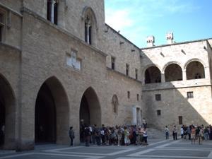 Rhodes le palais des Grands-Maîtres, la cour et les groupes de touristes