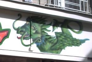 Façade de la boutique de la dragonne, rue de la cathédrale à Poitiers, détail de l'enseigne