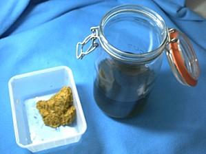 La filtration de l'infusion de pissenlit et des fleurs pressées
