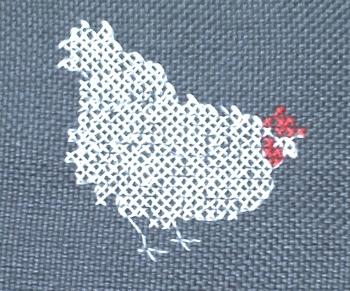 Une poule blanche brodée