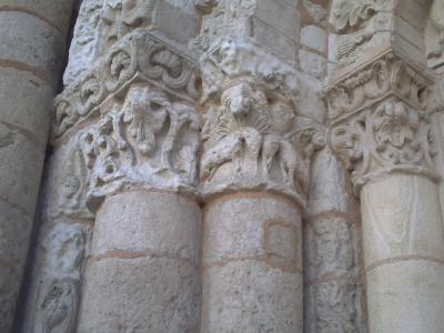 Poitiers, Note-Dame-la-Grande, façade occidentale. Les chapiteaux gauches de l'arcature aveugle nord