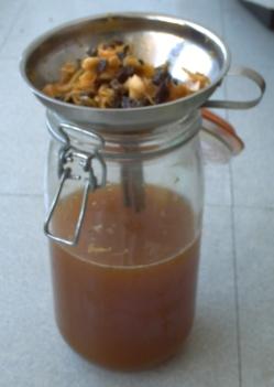 Ma liqueur de pissenlit après un mois de fermentation, première filtration