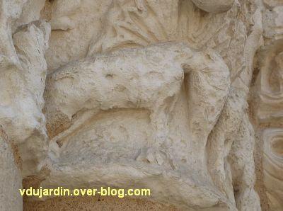 Poitiers, façade de Notre-Dame-la-Grande, le chapiteau aux éléphants, 2, l'éléphant extérieur
