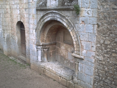 Poitiers, église Saint-Hilaire, tombeau de Constantin de Melle, vue générale