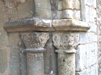 Poitiers, église Saint-Hilaire, tombeau de Constantin de Melle, les chapiteaux orientaux