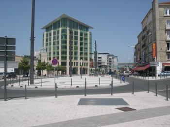 La gare de Poitiers, la tour et le rond-point