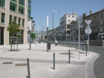 La gare de Poitiers, il manque un abribus