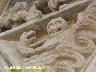 Poitiers, façade de Notre-Dame-la-Grande, l'Annonciation, le triton vu par en-dessous