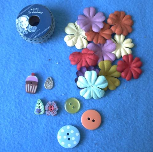 Le ruban, les boutons, les fleurs de Seve