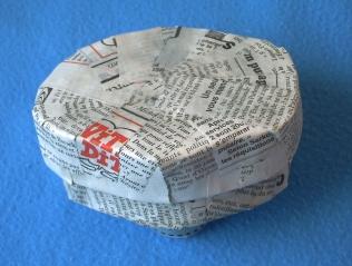 Boîte bonbons, préparation avec du papier journal