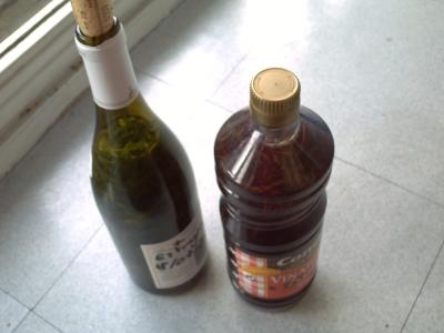 Bouteilles de vin et de vianigre à l'estragon
