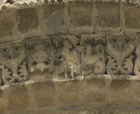 Façade de Saint-Nicolas de Civray, saint Georges terrassant le dragon