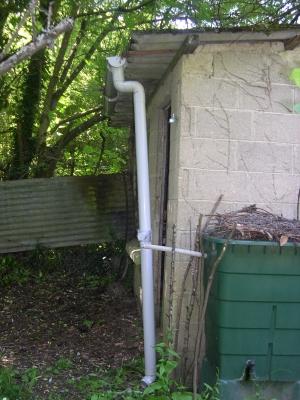 Gouttière mal installée sur la cabane de jardin